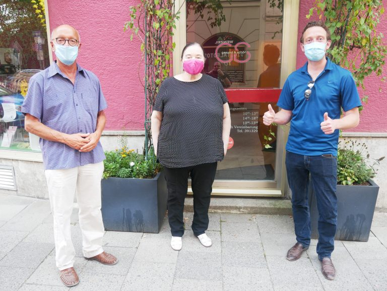 Bernhard Loos, MdB und Stadtrat Leo Agerer übermitteln die frohe Nachricht