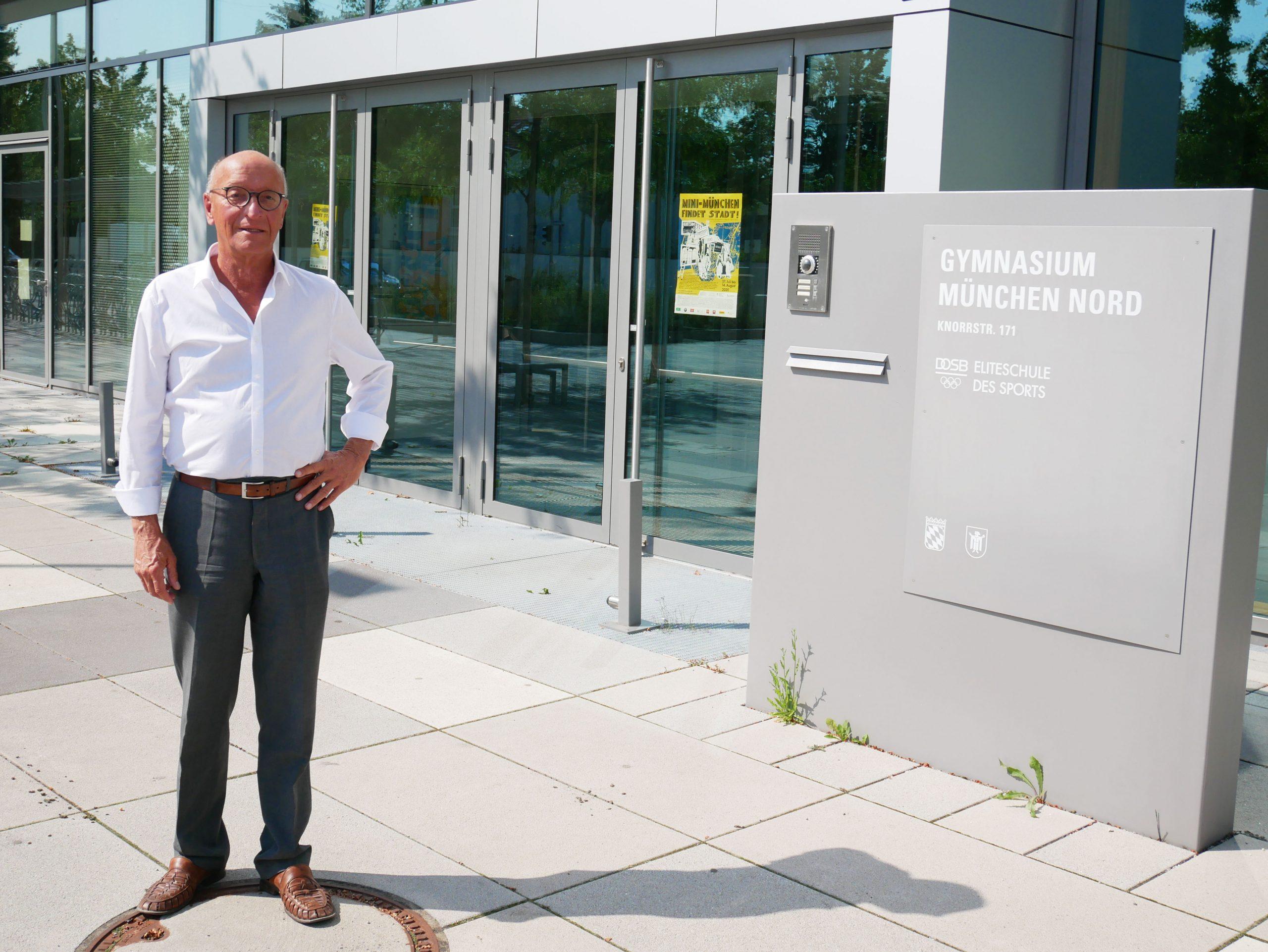 Bernhard Loos vor dem verwaisten Gymnasium München-Nord